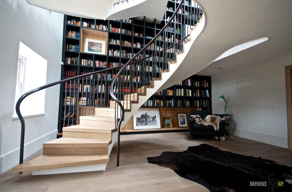 Лестница в большой гостиной