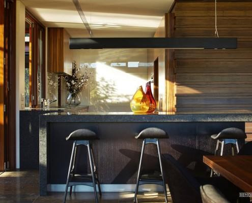 Две стеклянные колбы на столе в кухне