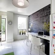 Белая плитка на полу кухни