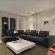 Шикарная просторная гостиная с белым тюлем под потолок