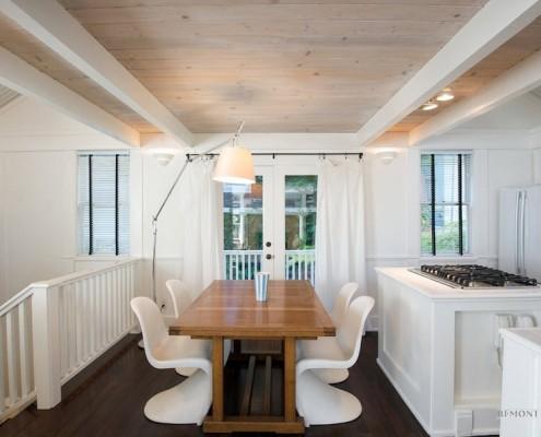 Деревянный потолок в легком и воздушном интерьере