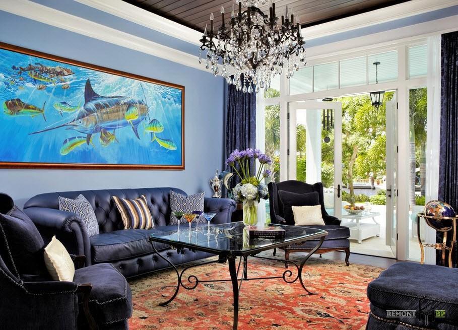 Картина с морским пейзажем над диваном