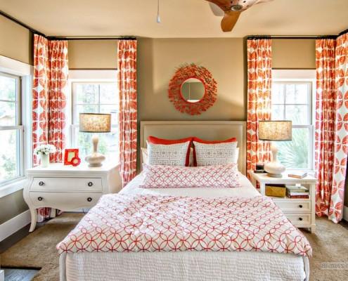 Шторы с красными узорами в спальне