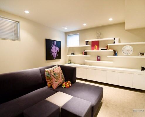Коричневый угловой диван в белом зале