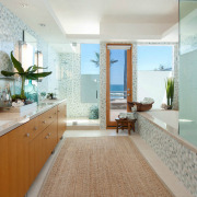 Большой ковер в ванной