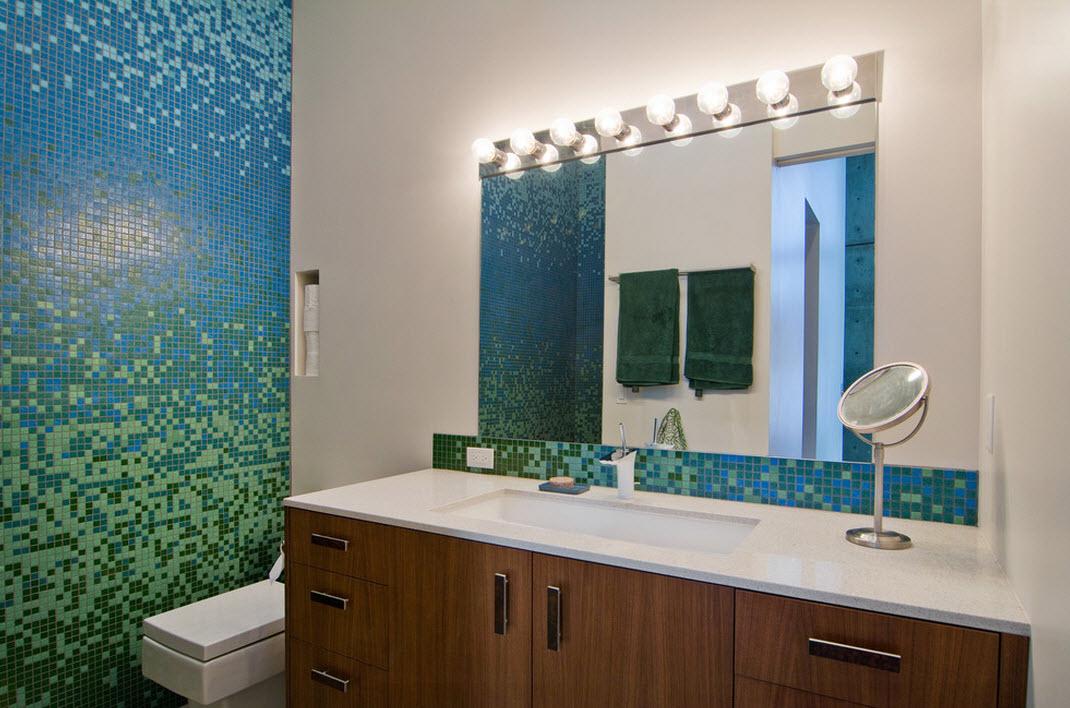 Сине-зеленая мозаика на стене в ванной
