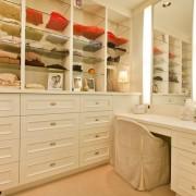 Туалетный столик, окрашенный в белый цвет