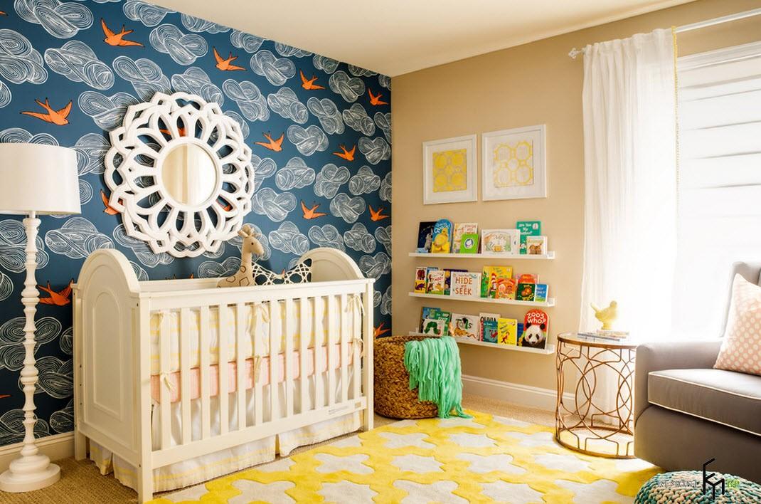 Голубая стена с красными птичками в детской