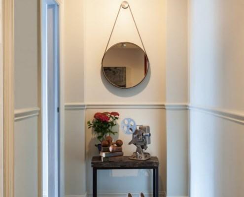 Круглое зеркало на веревке в прихожей