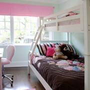 Стол напротив кровати в детской