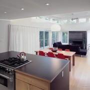 Отделение кухни с помощью стола