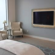 Телевизор на стене в спальне