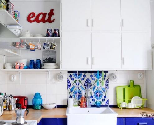 Яркие элементы в небольшой кухне