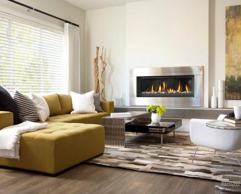 Желтый угловой диван в зале 18 кв.м.