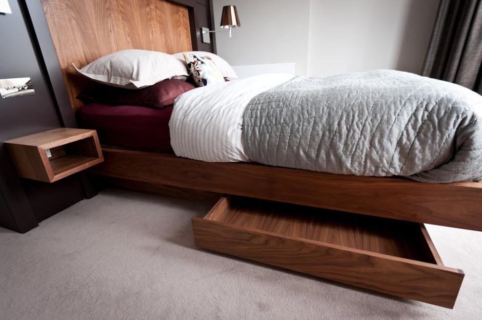 Небольшой выдвижной ящик в кровати