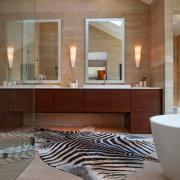 Имитация шкуры зебры в ванной
