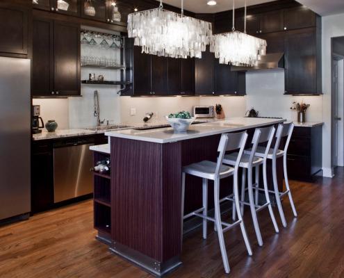 Удлиненные люстры на кухне