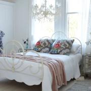 Хрустальные подвески на люстре в спальне