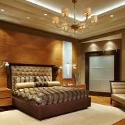 Многорожковая люстра в спальне