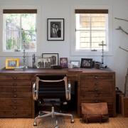 Письменный стол с множеством ящиков