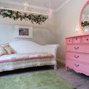 Розовый комод и зеркало