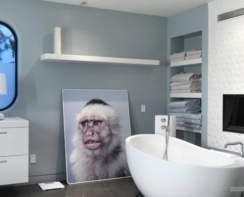 Большая картина на полу в ванной комнате