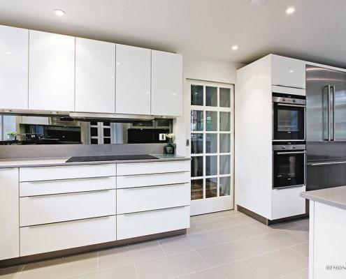 Белоснежная кухня с кафелем на полу