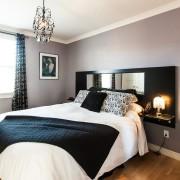 Миниатюрная люстра в спальне