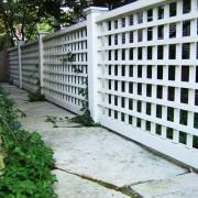 Белый решетчатый забор