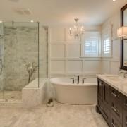 Ванная комнат с люстрой