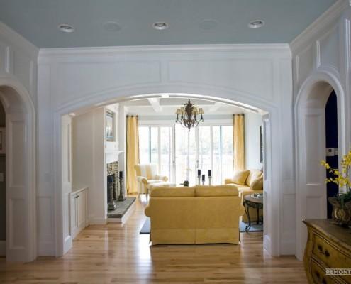 Зона гостиной с аркой