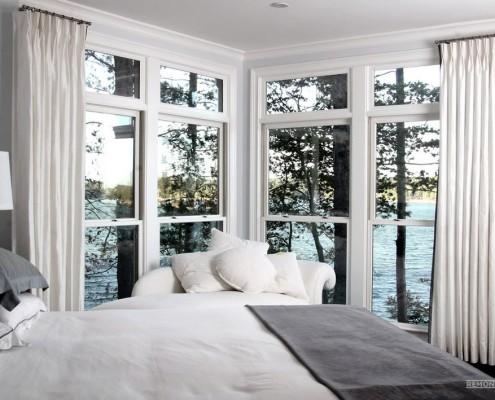 Белое угловое окно в спальне