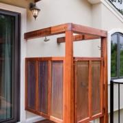 летний душ около входной двери