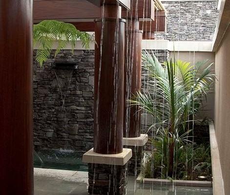 Деревянные колонны у дома