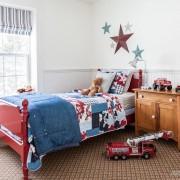 Красная кровать в детской