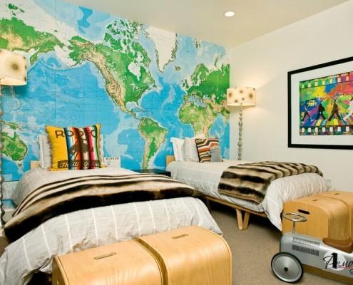 Деревянные сундучки возле кроватей в детской