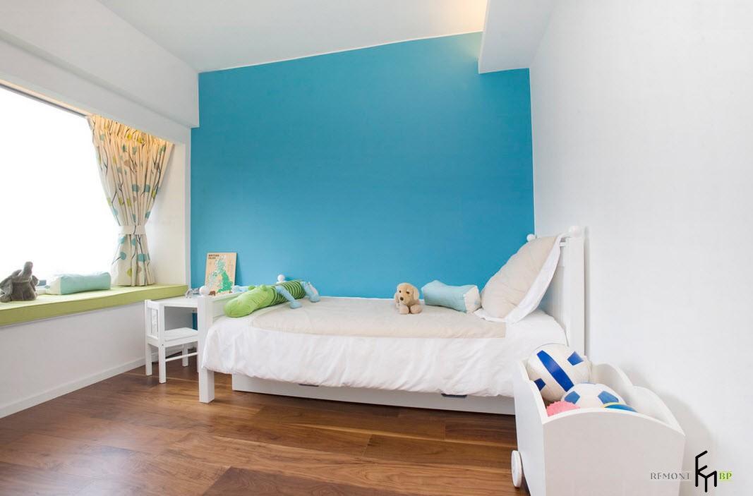 Яркая голубая стена в детской