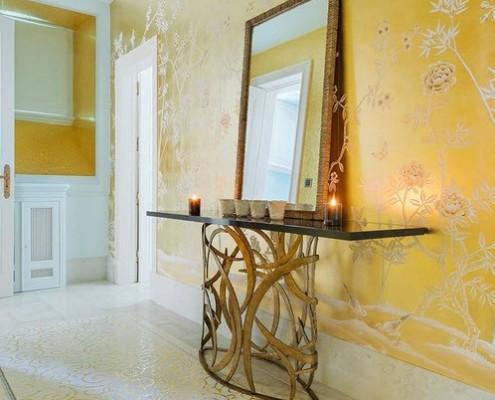 Зеркало на фоне желтой стены