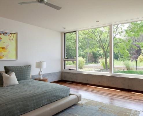 Окно с видом в сад в спальной комнате