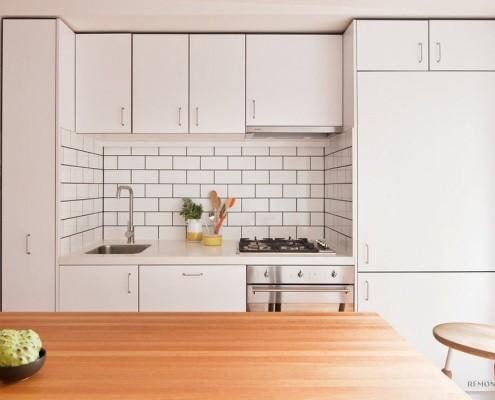 Плитка белого цвета на кухне