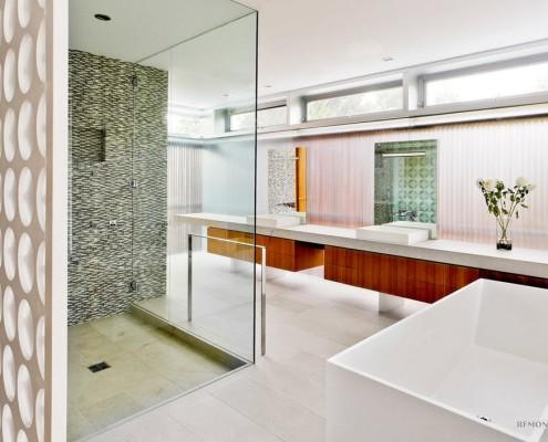 Хризантемы в прозрачной вазе в ванной комнате