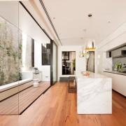 Панорамное окно в кухне-коридоре