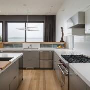 Кухонная мебель оформленная металлом