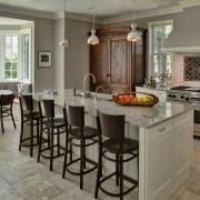 Светло-серая плитка на полу кухни