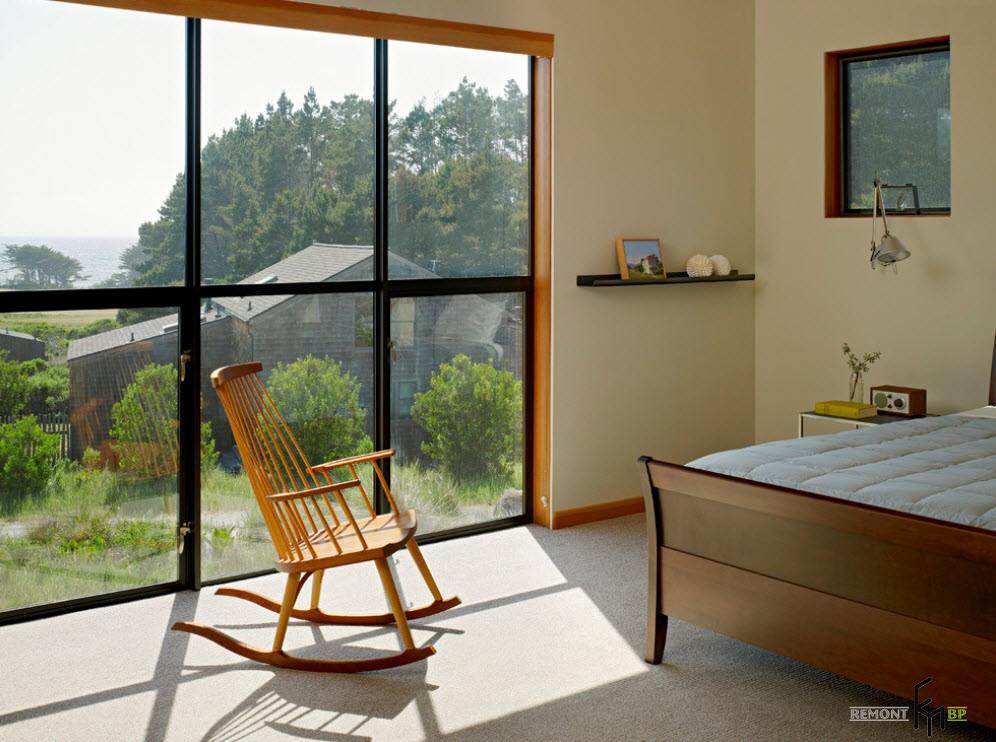 Окна до пола в спальной комнате