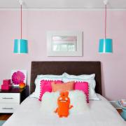 Яркие цвета в розовой спальне
