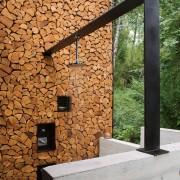 Оригинальная стена и летний душ на участке