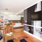 Контрастное оформление кухни-студии