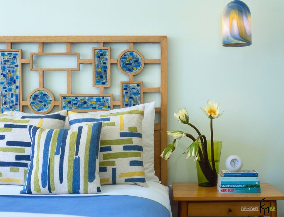 Мозаичные вставки в резное деревянное изголовье