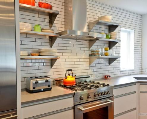 Узкая плитка на кухне